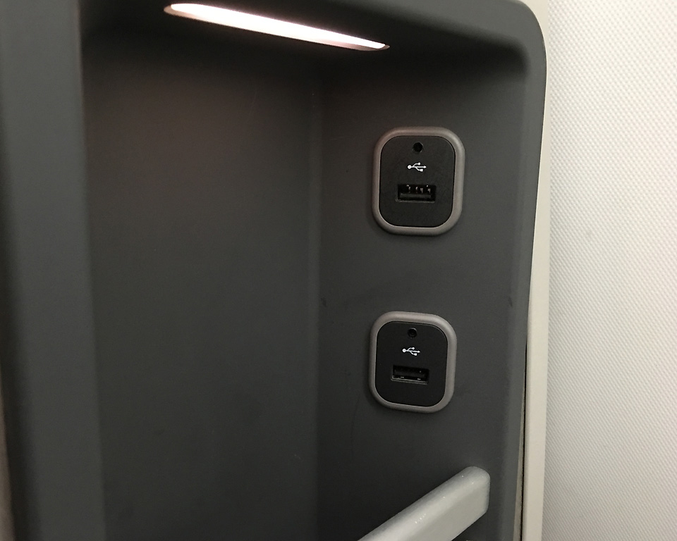 american-airlines-business-class-usb-chargers