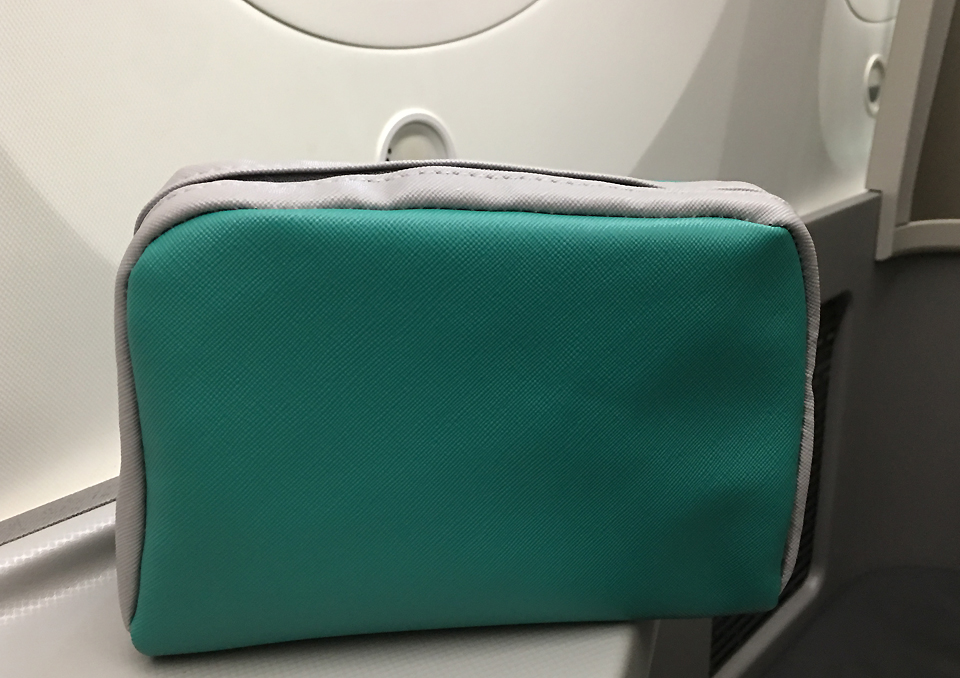 amerian-airlines-b878-business-class-cabin-amenities-kit